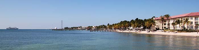 Strand i Florida med kryssningsfartyg i bakgrunden.