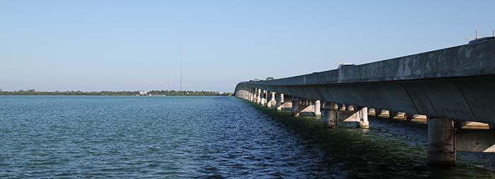 Väg och bro på väg till Key West med hyrbil