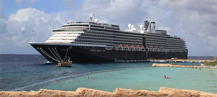 Ett kryssningsfartyg som lagt till i Karibien